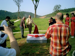 The poets Yu Jian and Mo Mo unveil a plaque celebrating the relationship between poetry and real estate at the Lushan Villas complex in Changsha, Hunan, June 2006.