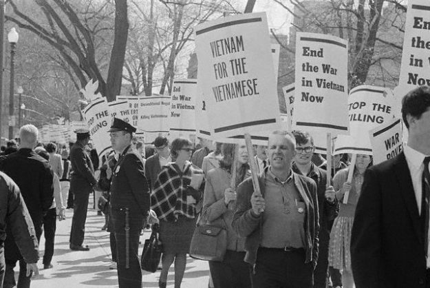 April 17, 1965, Washington, DC, USA --- This is part of the estimated 5,000 students who picketed in front of the White House today to protest the U.S. policy in Southeast Asia and demand an end to the war in Vietnam. Hundreds of extra police were on duty to help keep order. --- Image by © Bettmann/CORBIS